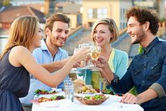 Eine Gruppe von Freunden beim Essen