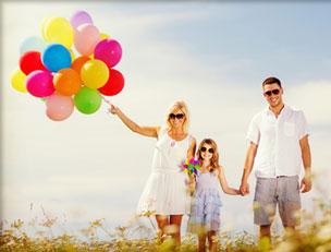 Familie mit bunten Luftballons
